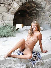 Leopardo sexual on beach with young..