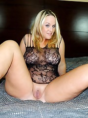 Lush blonde girl Dee Siren rams a huge..