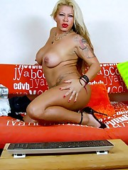 Alexa Blun : Mother latina playing on a..