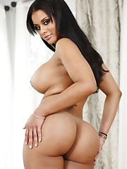 Solo model Mary Jean frees her gigantic..