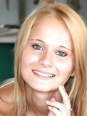 Blonde Nubile Pretty Chick Closeup 库..