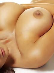 груди лежит девушка HD..