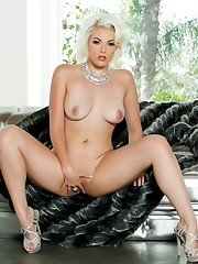 White haired babe Jenna Ivory opens her..