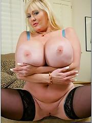 Fat mommy Kayla Kleevage revealing..