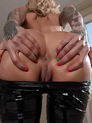 Tatted hottie Sarah demonstrating her..