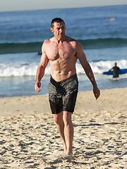 Hugh Jackman muscl la plage laposacteur..